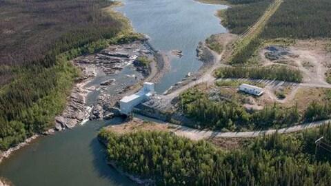Une centrale hydroélectrique sur une rivière.