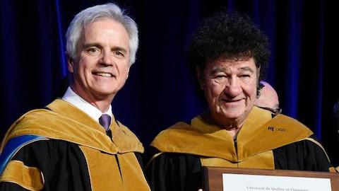 Robert Charlebois reçoit son doctorat honorifique des mains du recteur de l'Université du Québec en Outaouais, Denis Harrison