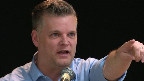 Le politicien, anciennement acteur et auteur, donnant un discours.