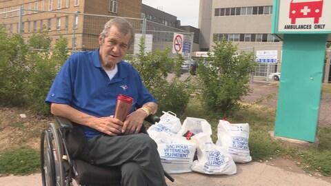 Robert King est sur le trottoir entouré de ses effets personnels.