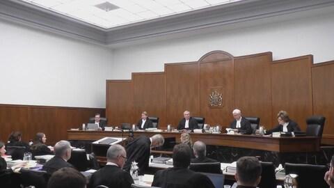 Une salle d'audience à la Cour d'appel de la Saskatchewan et les juges qui font face aux groupes de juristes prêts à présenter leurs arguments.