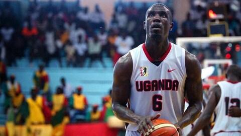 Robinson Opong lors d'un match de l'équipe ougandaise de basketball à l'AfroBasket 2017