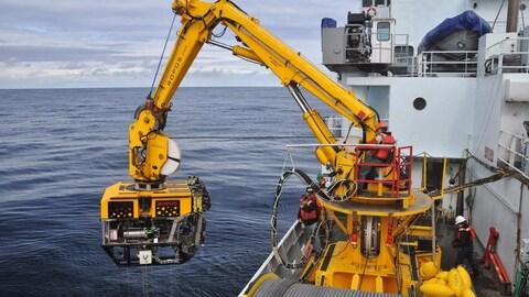 Une grue immerge le robot téléguidé ROPOS.