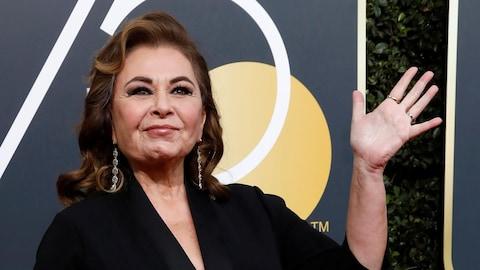Roseanne Barr salue les photographes sur le tapis rouge des 75es Golden Globes, en janvier 2018.