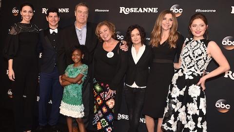 La distribution de la série «Roseanne» prend la pose sur un tapis rouge.