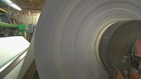 Production de papier à l'usine de Produits forestiers Résolu, à Alma