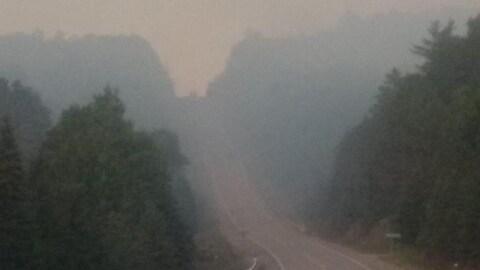Une route couverte d'un nuage de fumée