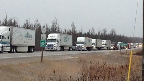 Des camions de transport sont immobilisés sur la route 11.