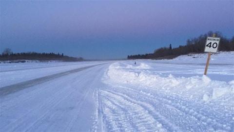 Route de glace de la baie James avec enseigne de vitesse à 40 km/h.