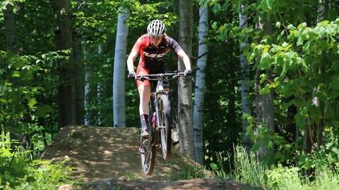 Une cycliste en pleine descente de montagne