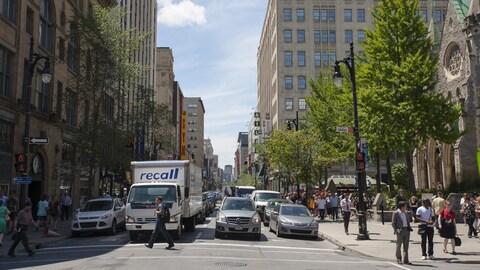 La rue Sainte-Catherine Ouest est très achalandée par une belle journée d'été. Plusieurs automobilistes doivent faire preuve de patience au centre-ville de Montréal.