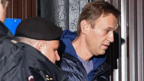 Alexeï Navalny est emmené par des policiers russes.