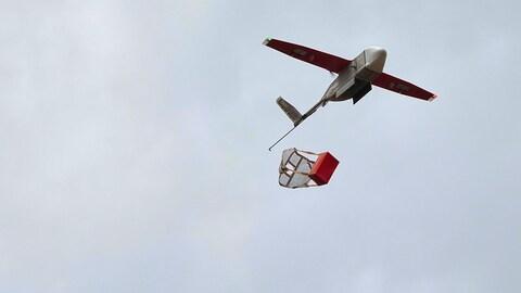 Un drone déchargeant sa cargaison de sang destinée à l'hôpital de Kabgayi, au Rwanda.