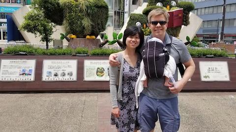 Ryan Hoag, sa femme Wiyani Prayetno et leur petite fille.