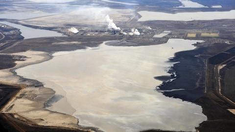 Un bassin de décantation sur un site pétrolier de l'Alberta.