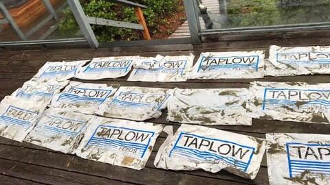 Des sacs de plastique vides.