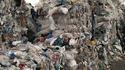 Sacs de plastique compactés au Centre de tri de Roberval.