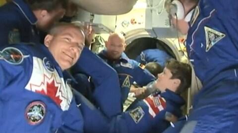 L'astronaute David Saint-Jacques dans la SSI avec ses collègues.