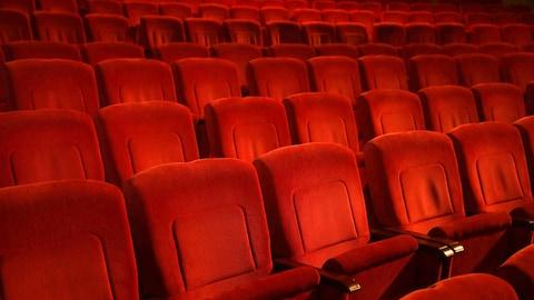 Des fauteuils dans une salle de cinéma