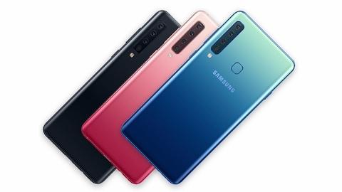 Une photo montrant trois téléphones Galaxy A9. Le premier est noir, le second est rose et le troisième est bleu.