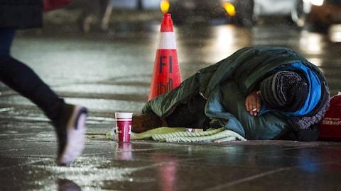 Un sans-abri sur le trottoir la nuit à Toronto