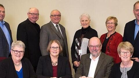 Photo de 10 des 11 membres du Conseil d'administration de Santé Î.-P.-É. dans un bureau.