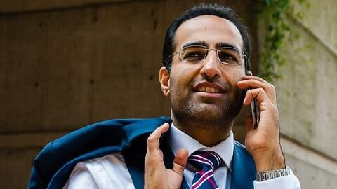 Un homme en costume au téléphone.