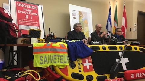 Des représentants de la MRC présentent le matériel d'urgence qui est disponible, comme une planche et des gilets de sauvetage, pour donner de meilleurs outils aux intervenants.