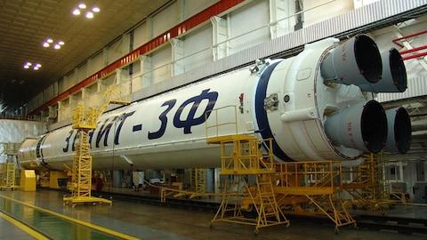 Une fusée ukrainienne dans un hangar.