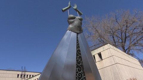 Une sculpture située dans le Jardin des sculptures de la Maison des artistes visuels francophones à Winnipeg.