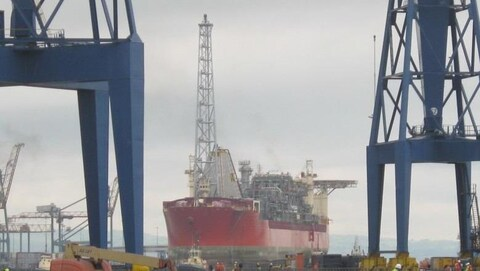 La plateforme flottante SeaRose dans un port de Terre-Neuve.