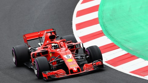 Le pilote allemand Sebastien Vettel effectue un virage dans sa Ferrari lors des essais libres du Grand Prix de Catalunya
