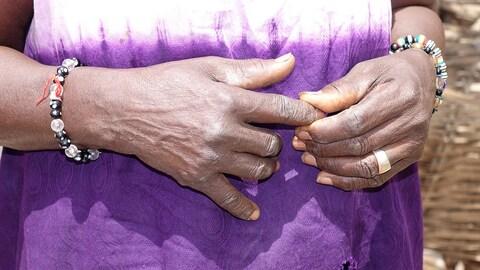 Gros plan sur les mains de la femme