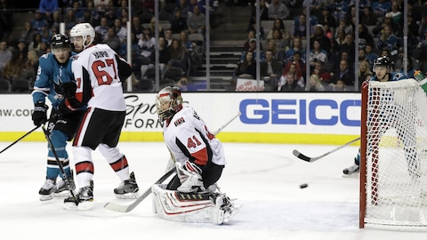 Craig Anderson accorde un but aux Sharks de San José.