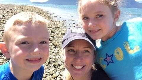 Shelley Beyak avec ses deux enfants sur une plage.