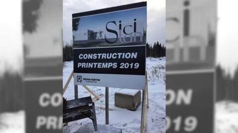 Une affiche de la compagnie de construction Pépin Fortin annonce le début des travaux de l'usine Sici Stan au printemps 2019.