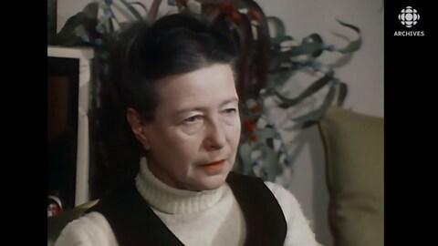 Plan buste de Simone de Beauvoir.