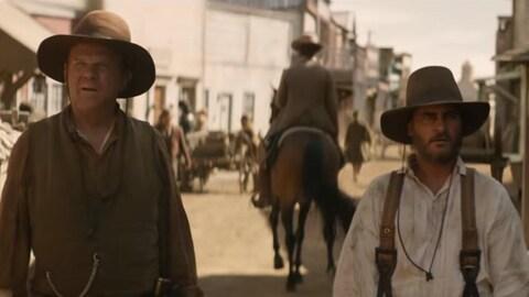 John C. Reilly et Joaquin Phoenix habillés en cowboys.
