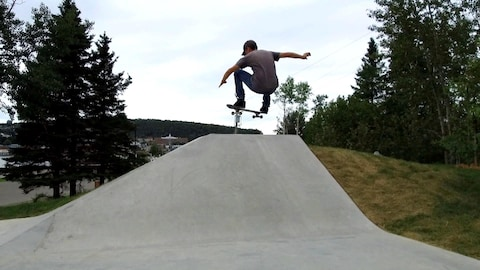 Duane Cabot sur saute avec sa planche à roulettes.