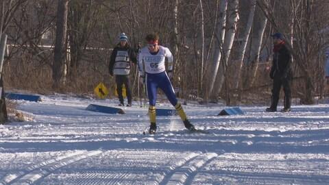 Un skieur sur une piste