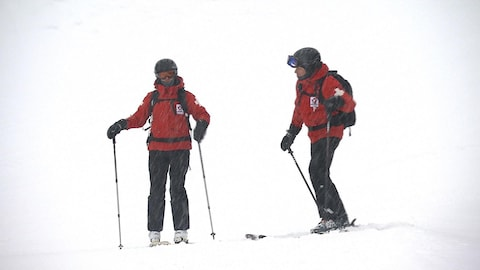 La neige abondante favorise la sécurité des skieurs