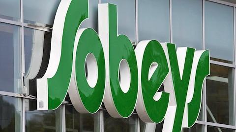 Logo vert de Sobeys à l'extérieur d'une épicerie.