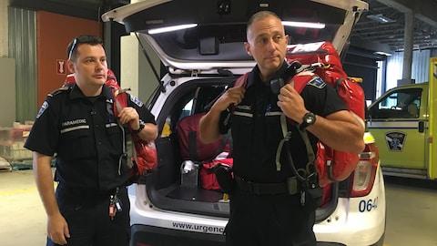 Deux hommes avec du matériel médical.