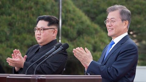 Le dirigeant nord-coréen Kim Jong-un et le président sud-coréen Moon Jae-in applaudissent.