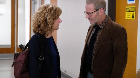 Une femme et un homme se font face.