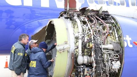 Des enquêteurs inspectent le moteur de l'avion de Southwest qui a partiellement explosé en vol.