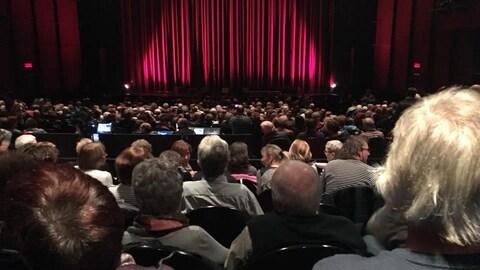 Une salle pleine à Rimouski en attente du spectacle bénéfice pour la reconstruction  du Théâtre de la Vieille forge de Petite-Vallée