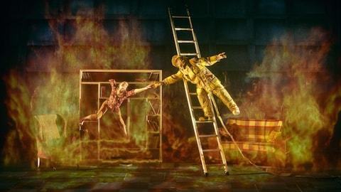 Deux acrobates font mine de se sauver d'un incendie virtuel.