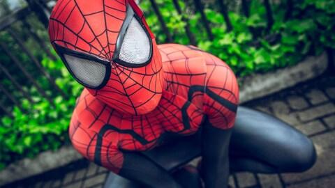 Une personne costumée en Spider-Man.