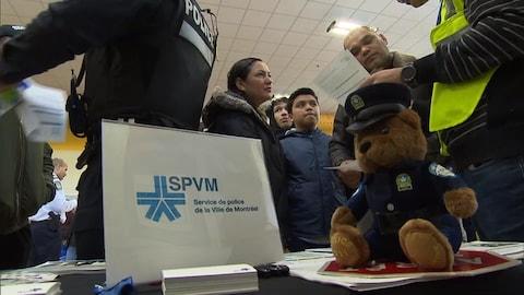 Des participants à une journée de recrutement du SPVM au sein des communautés culturelles